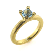 Ring 4 grab. fatning, blå topas (swiss blue) 6,0 mm. 14 kt.