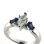 Ring med diamant marquise cut 0,47 ct. w/vs1 + 2 safirer trillion cut a 0,28 ct. 14 kt. hvg.