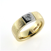 Ring 2 farvet, br. 5,8 mm., brill. 0,20 w/vs. 14 kt.