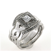 Ring 3 delt fattet med princess cut 0,40 tw/vs. + 16* 0,015 w/vs. + 18* 0,01 w/vs. 14 kt. hvg.