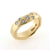 Ring organisk, barket overflade, 1 brill. a 0,06 ct. + 6 brill. a 0,04 ct.
